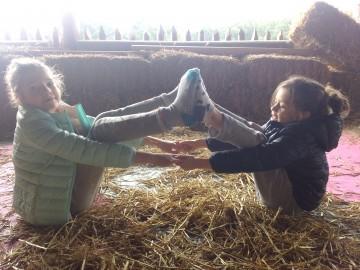 Kinderyoga op de hooizolder van de Geitenboerderij!